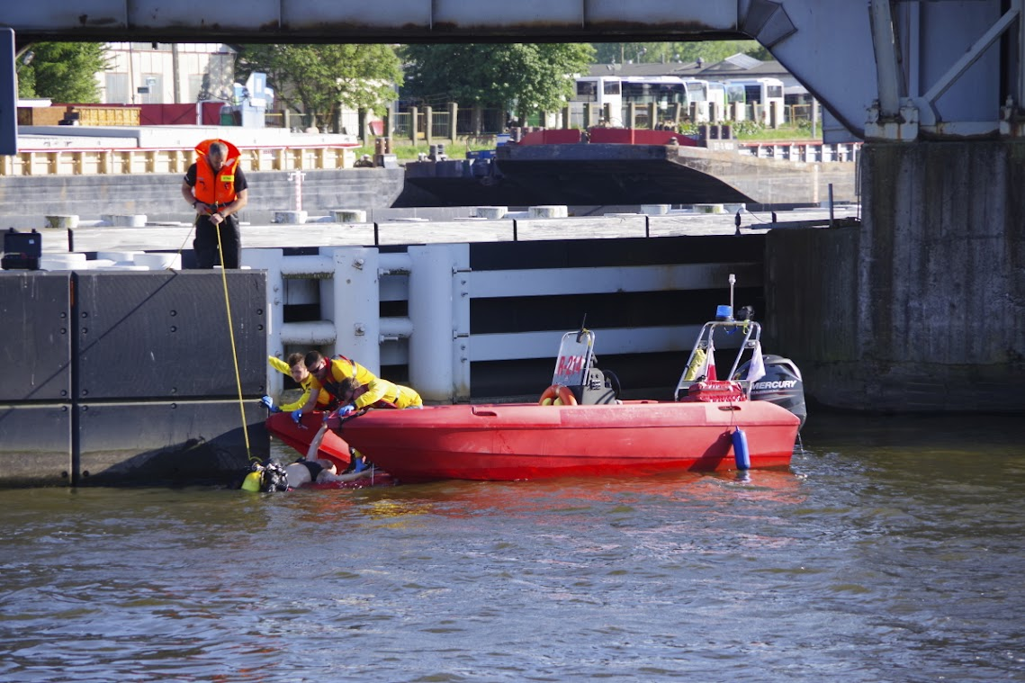 Die bewusstlose Frau wird aus dem Wasser gezogen. Einsatz eines Tauchers. Foto: Andreas Schwarze/TWP