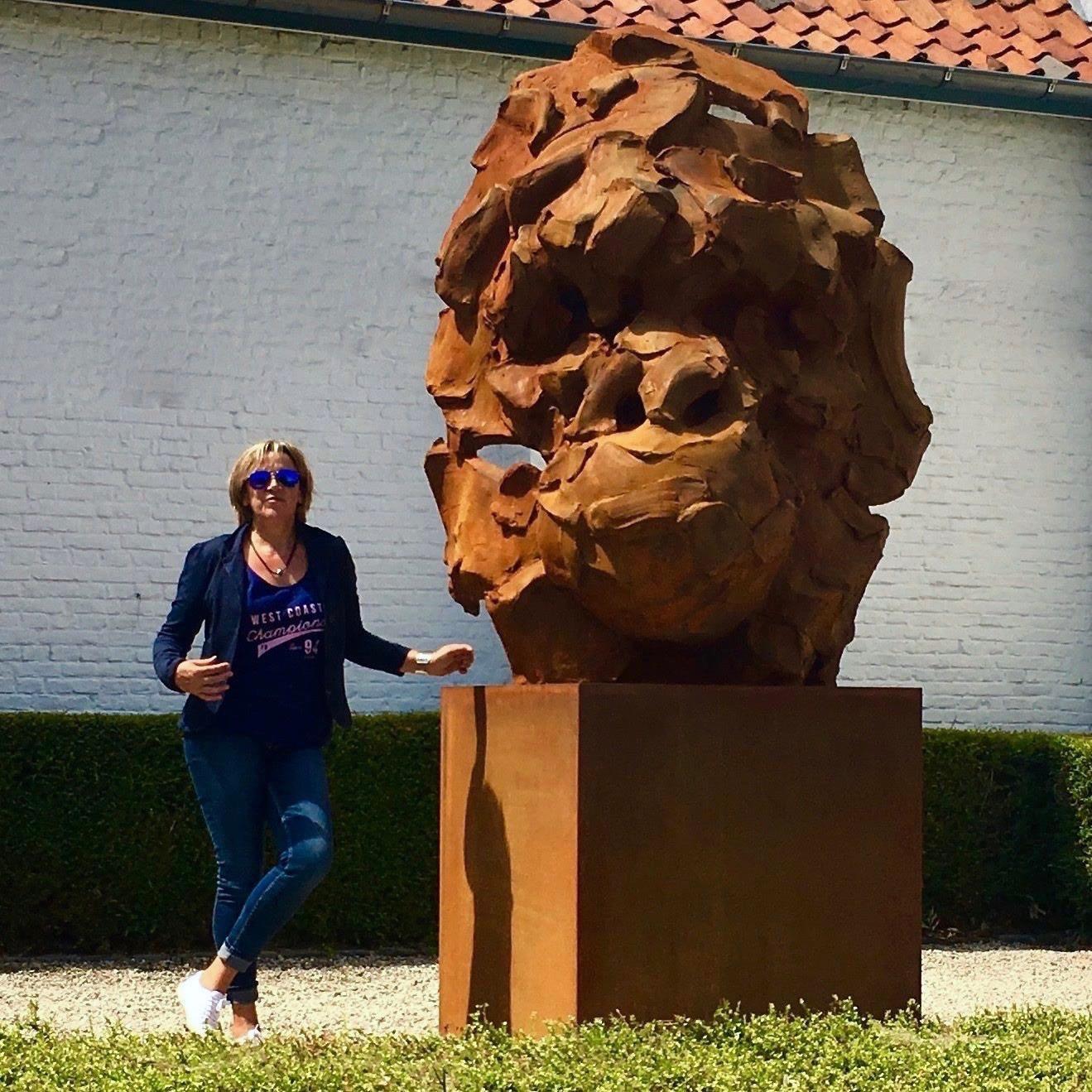 Catherine thiry Wanted gorilla 300cm contemporaryscupture art brussels belgium sculpteur belge .jpg