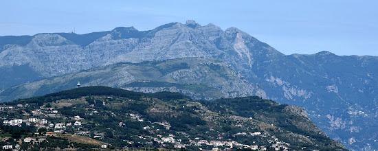 Photo: le Tore di Sorrento con il Faito e M. Sant'Angelo a Tre Pizzi sullo sfondo