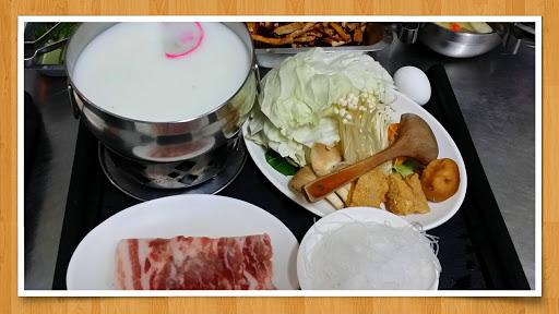 採用關山米以及關山東方明豬、菜單每日更換 推薦餐點:初鹿鮮奶晶鑽豬肉火鍋+白飯(初鹿鮮奶做湯底配上關山東方明豬豬肉片)