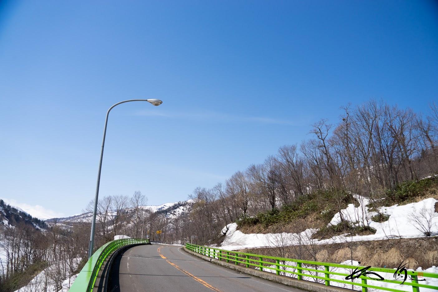 ダムに沿って走る道路