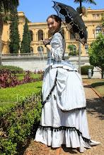 Photo: Vestido Vitoriano Tardio ( 1870) em tafetá cinza e cetim preto com franjas pretas. A partir de R$ 400,00. Usado por baixo: chemise, bloomers, bustle, anágua e corset.
