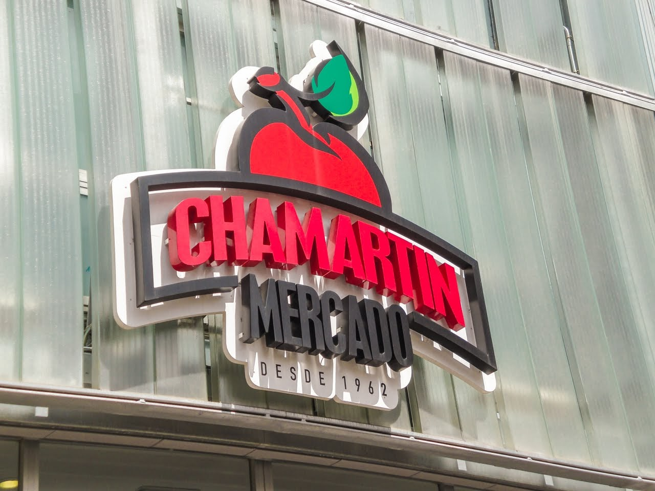 A large sign welcoming you to The Chamartín Market