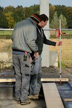 """Photo: 05-11-2012 © ervanofoto """"Meten is weten"""". Met dit toestel wordt de uitgezonden laserstraal opgevangen en zo wordt de waterpashoogte bepaald."""