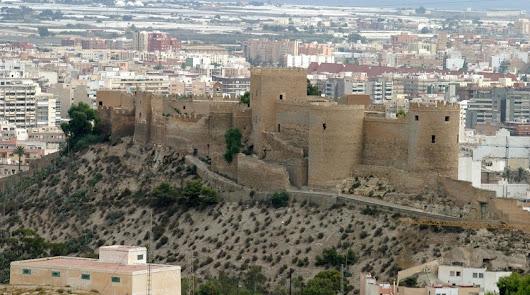 La Alcazaba busca administrativo.