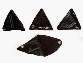 Photo: Porte monnaie Charlotte  Petit porte monnaie triangle avec 3 boutons pression. Taille: 8x8 cm Prix: 4 € Merci de préciser la couleur souhaitée lors de la commande. (couleurs disponibles: vert, rouge, orange, jaune, violet)