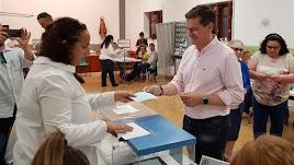 El secretario general del PSOE de Almería en una votación.