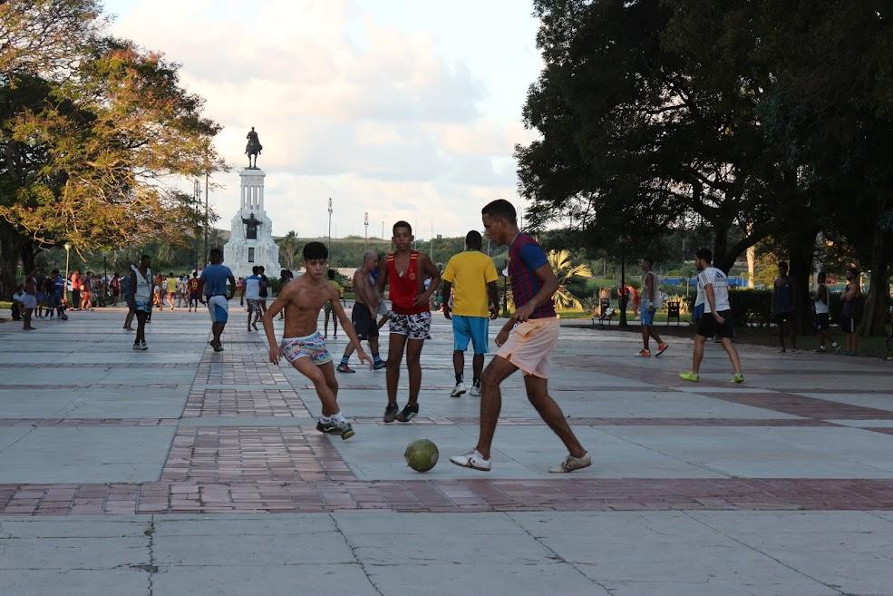 Meninos jogam futebol em praça de Havana