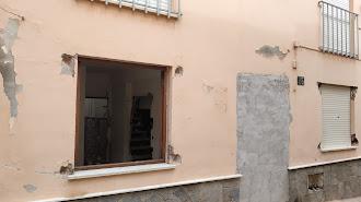 Vivienda con las ventanas rotas