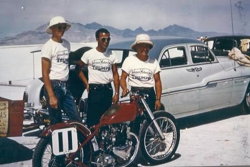 Rich Richards et sa Triumph sur le lac salé de Bonneville en 1954.