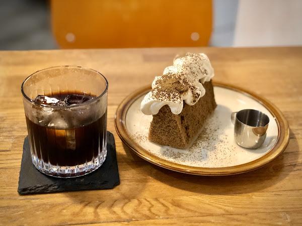 簡單乾淨的裝修,環境很舒服,蛋糕、咖啡均佳,在此度過了愉快的時光,推薦。#冰滴綜合咖啡##磅蛋糕#