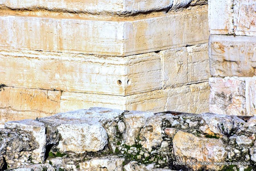 Отверстие в углу стены мечети Аль-Акса к которому Пророк привязал аль-Бурака.