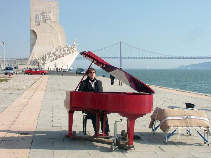 Il pianista sul fiume di paparazza