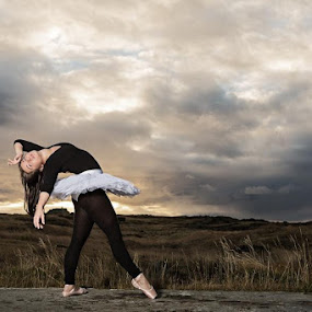 Nature ballet by Bragi Kort - People Fine Art