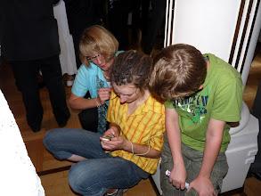 Photo: So überbrückt die Jugend die Zeit. Dann geht es endlich los!