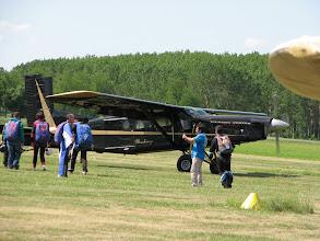 Photo: On recharge les amateurs de chute libre dans le Pilatus PC6 Porter