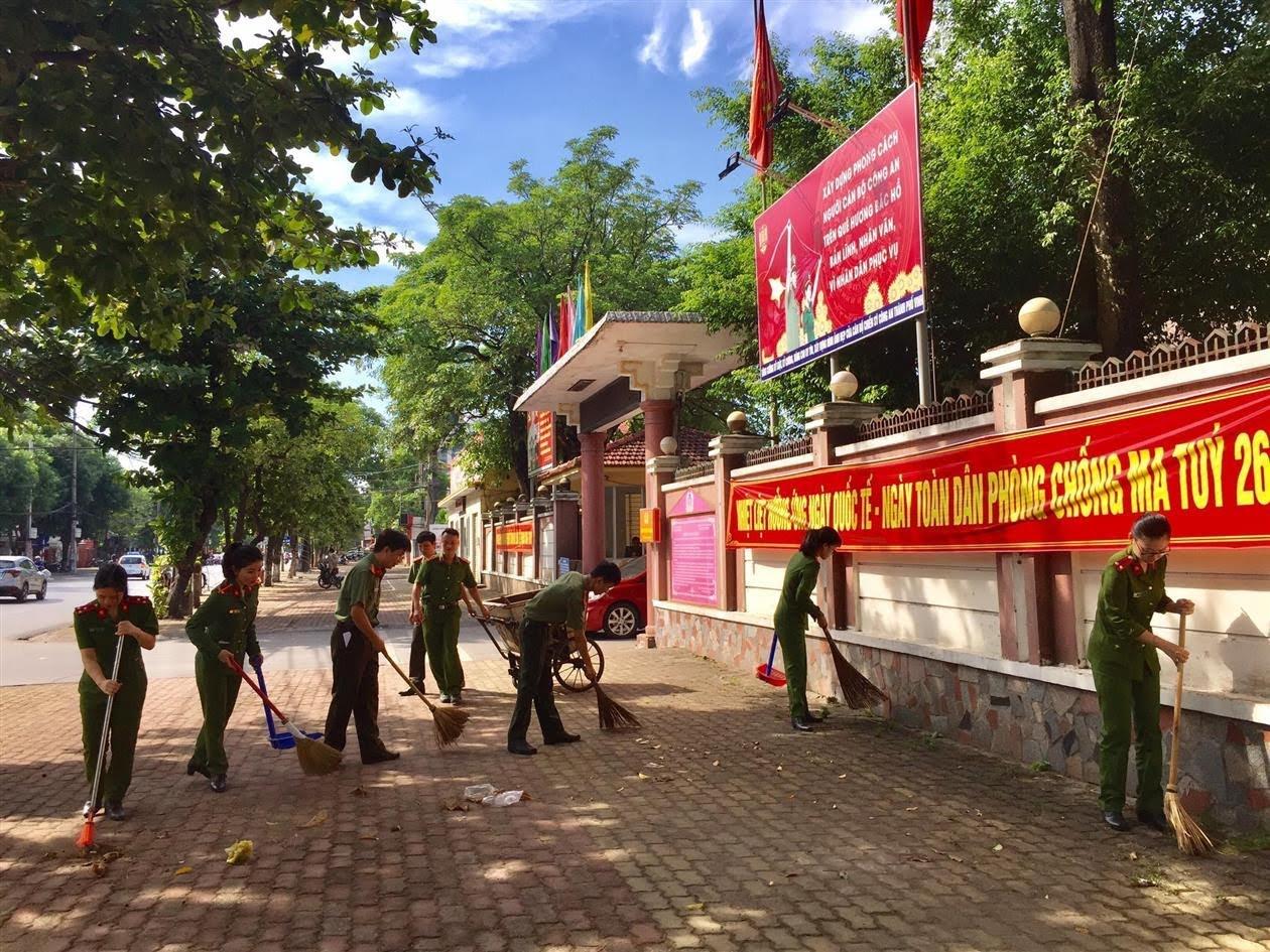 Lực lượng Công an tham gia vệ sinh các tuyến phố