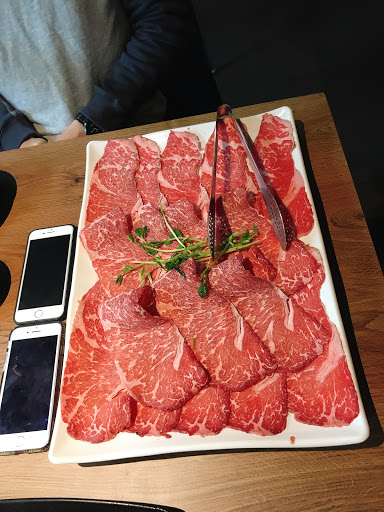 滿桌的肉,配上超讚的藥膳湯頭以及石頭湯頭,真的可以滿足想吃肉的朋友~店員服務很親切!