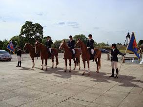 Photo: Fuxarna xx, xx, Paddington och Pernod står lydigt utanför slottet
