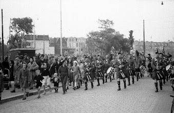 Photo: 0012. Bevrijdingsfeest, doedelzakspelers op de Suezkade bij de Groot Hertoginnebrug. 21 mei 1945.  http://www.loki-travels.eu/