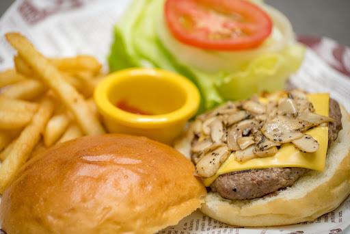 漢堡多汁鮮甜,風味清爽不油膩。專業的義式咖啡與單品咖啡,在一般餐廳難以看見。