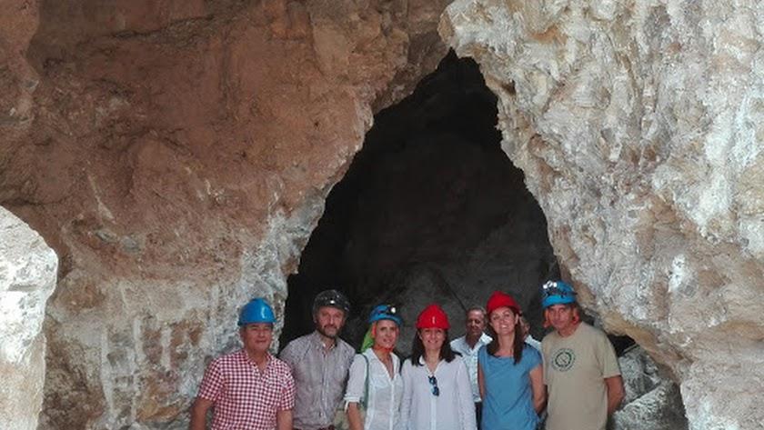 Visita del delegado de Economía (segundo por la izquierda) del anterior Gobierno andaluz a la mina en 2017 junto al alcalde y técnicos del proyecto.