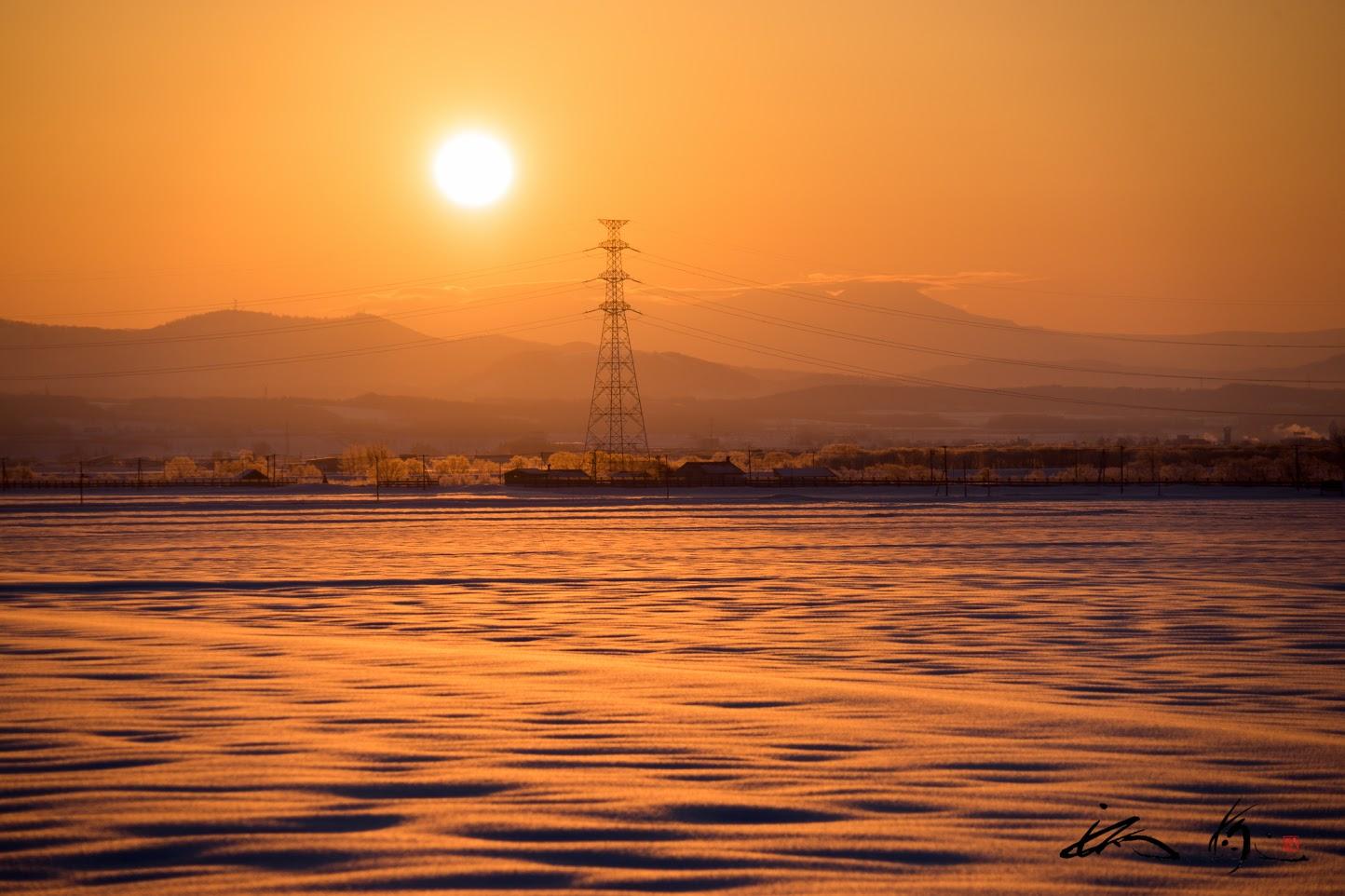 オレンジ色に染まる雪の海原