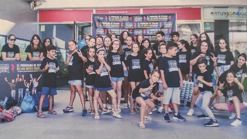 Los chicos y chicas del curso de verano en una de las imágenes incluidas en la revista.