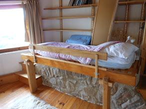 Photo: Chambre-bureau : lit 1 place au-dessus de la voûte en pierre de l'ancienne cheminée ardéchoise. Livres à disposition.