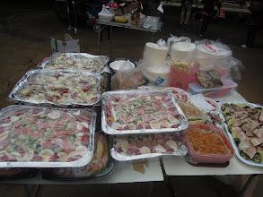 Photo: 大量の食事と食器の準備もできている。