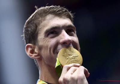 VIDEO: Phelps poseert met al z'n loodzware medailles