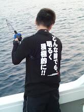 """Photo: ・・・なぬ。 「どんな時でも明るく積極的に!!」 ・・・何のTシャツ?何のこっちゃ? はっ!AKBじゃなくSKE48の・・・わからん! とにかくガンバレ! """"イシダさん!"""""""