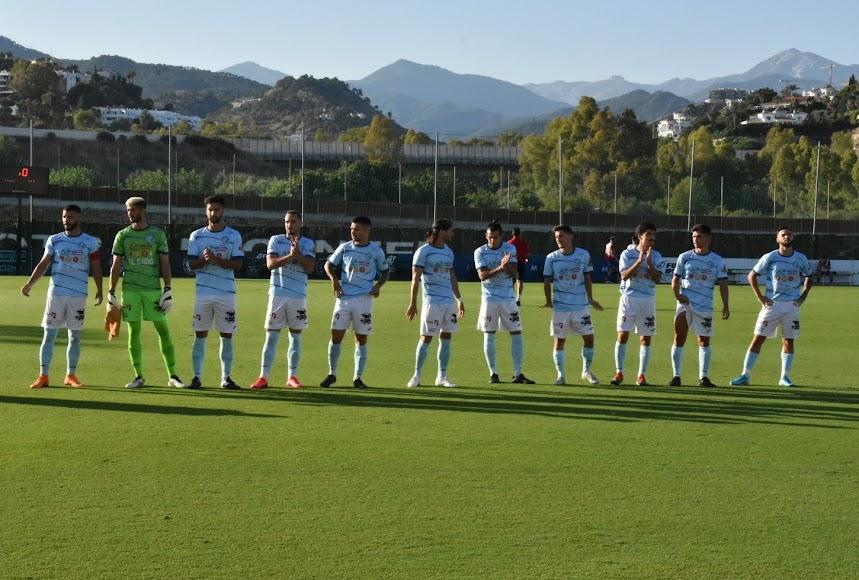 Los jugadores saludando a unos pocos elegidos.