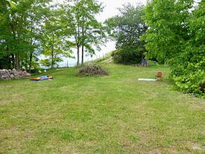 Photo: Die Wiese überm Haus. Hier kann man Siesta machen, zelten, trommeln, feiern ...