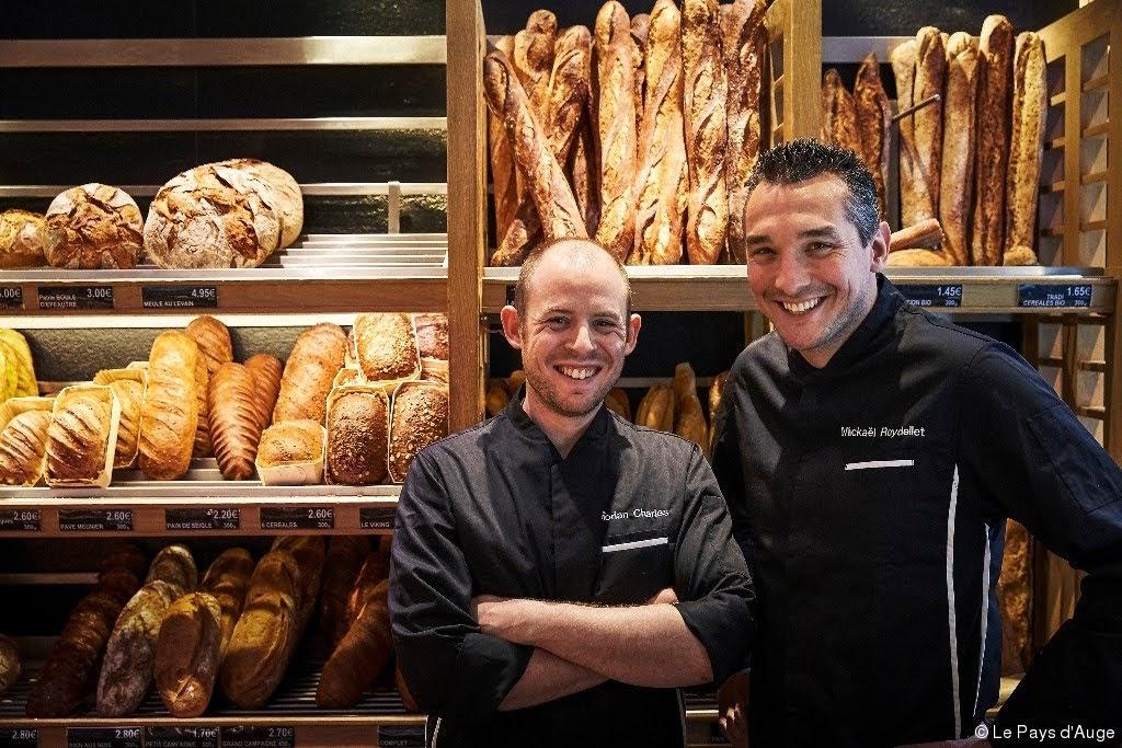 2016, le grand prix de la meilleure baguette de Paris a été décerné à la boulangerie La Parisienne.Mickaël Reydellet (à droite), accompagné de Florian Charles,