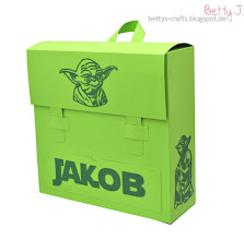 Photo: http://bettys-crafts.blogspot.com/2016/09/schulranzen-geschenkbox-im-yoda-look.html