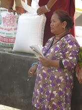 Photo: Voluntaria de la Fundació Casa del Tibet confiriendo el reparto de arroz entre las familias de la aldea de Khalte, distrito de Dhading.