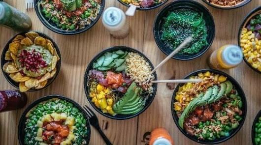 Poke de quinoa con salmón: una propuesta saludable irresistible