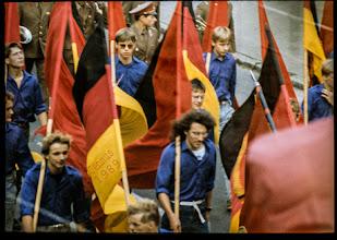 Photo: Fahnenumzug in der DDR im Jahre 1989