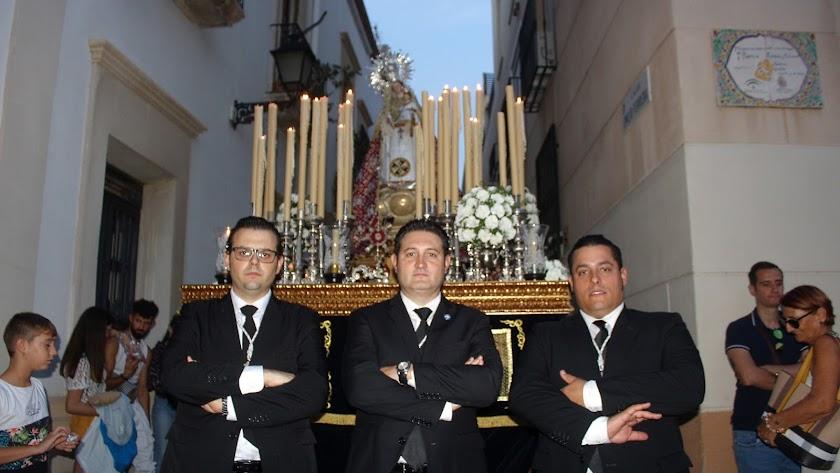 Capataz y auxiliares que dirigieron el caminar de la cuadrilla de costaleros de la Virgen del Rosario.