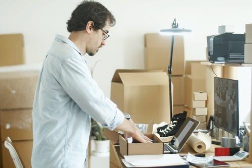Signore-che-acquista-online