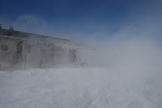 Kuva: Uusi päivä toi uuden myrskyn. Maatuisku on hieno kokemus, lunta lentää ja ylhäällä on sininen taivas