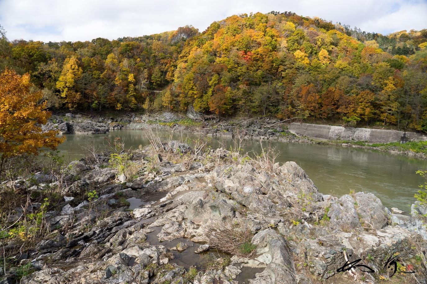 川の両岸に存在する奇岩怪石