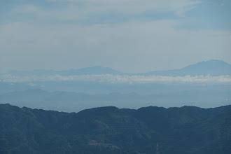 木曽御嶽山(右)と乗鞍岳と北アルプス(左)