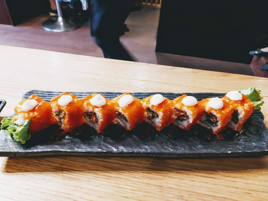 Haru Sushi - Phan Xích Long: Cơm cuộn da cá hồi chiên.