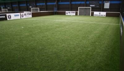gazon-artificiel-pour-football-indoor-vert