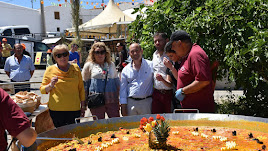 La alcaldesa de Antas, Isabel Belmonte, ante la paella popular que se organizó con ocasión de las Fiestas.