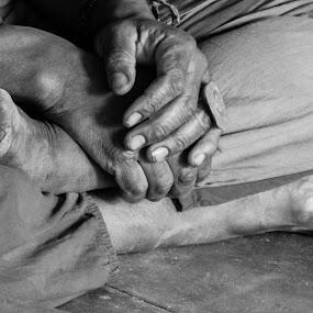 Músico no Park Guell by Rui Quinta - People Body Parts ( park guëll, hands, feet, musician, barcelona, spain,  )
