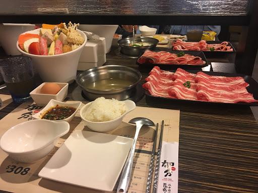 菜盤好大一盤,霜降牛肉也很好吃 CP值很高!