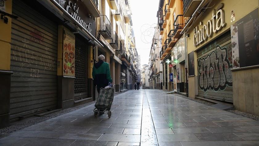 La calle Navas de Granada, vacía y con sus comercios y bares cerrados